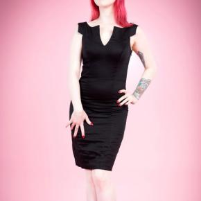 aansluitende-pencil-jurk-zwart-cutout